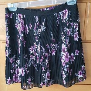 Flowered pleated skirt.